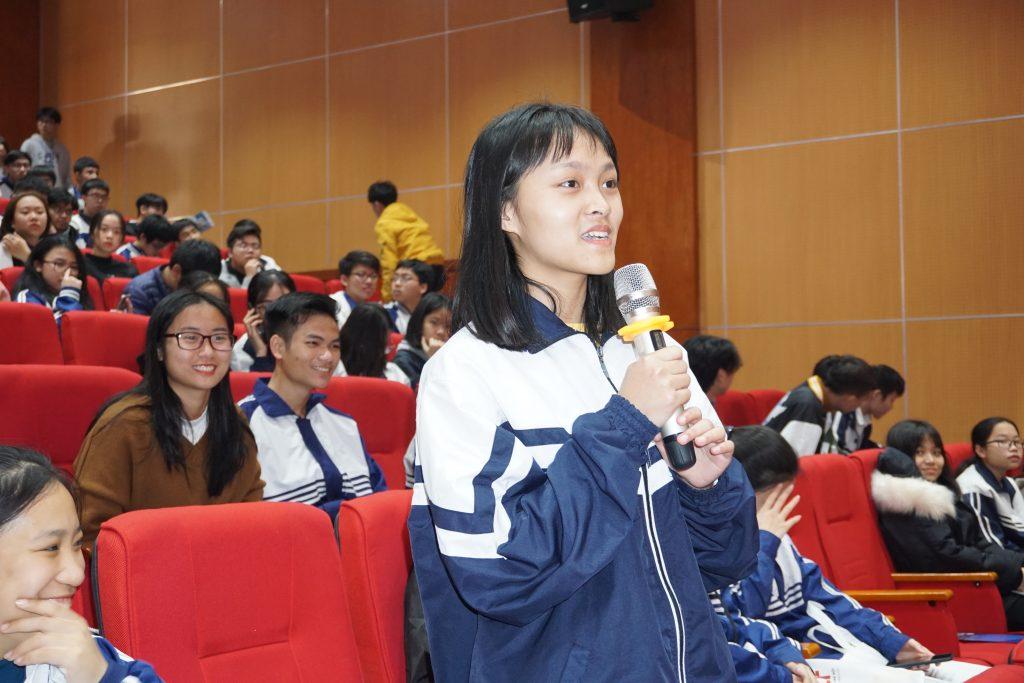 Học sinh trường Chuyên Vĩnh Phúc đặt câu hỏi tại Tọa đàm