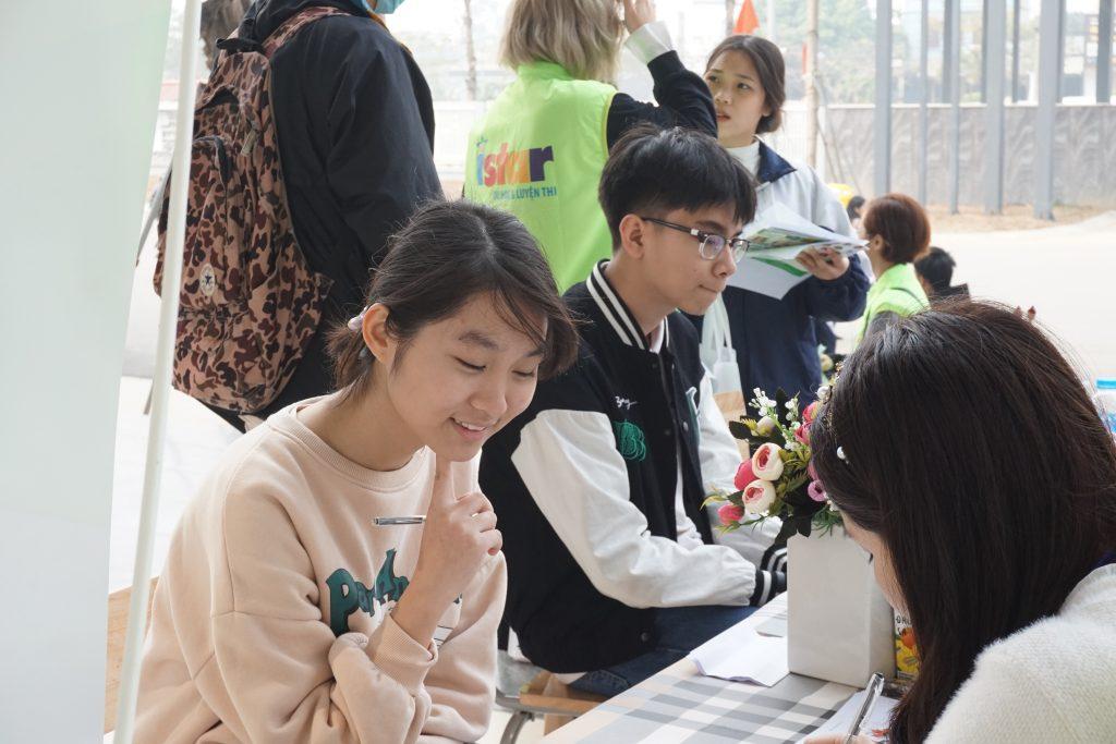 Rất đông học sinh đến nghe tư vấn từ Hệ thống ISTAR