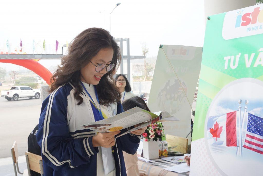 Học sinh chăm chú tham khảo tài liệu ISTAR